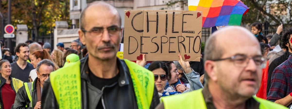 """Des """"gilets jaunes"""" défilent en solidarité avec les manifestants chiliens, le 26 octobre 2019 à Paris."""
