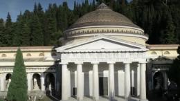 Suite de notre série sur les cimetières et terres éternelles qui révèlent d\'étonnants secrets. Direction l\'Italie à Gênes où des familles bourgeoises ont rivalisé d\'imagination pour faire sculpter des monuments à la mémoire de leurs proches.