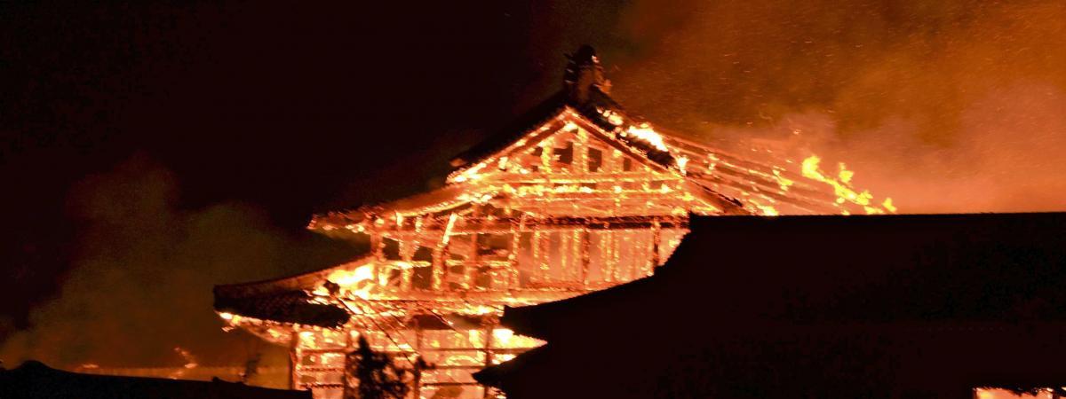 Le château de Shuri,dans l\'archipel méridional d\'Okinawa au Japon, a été en grande parti détruit par un incendie, dans la nuit de mercredi à jeudi 31 octobre 2019.