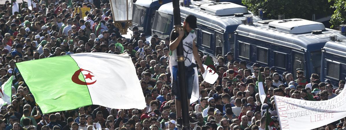 """À Alger, les manifestants réclament une """"nouvelle indépendance"""", ce vendredi 1er novembre, 65 ans après le début de la guerre contre le colonisateur français."""