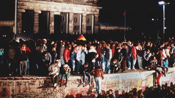 Des Berlinois grimpent sur le mur de Berlin au niveau de la porte de Brandebourg, le 9 novembre 1989.
