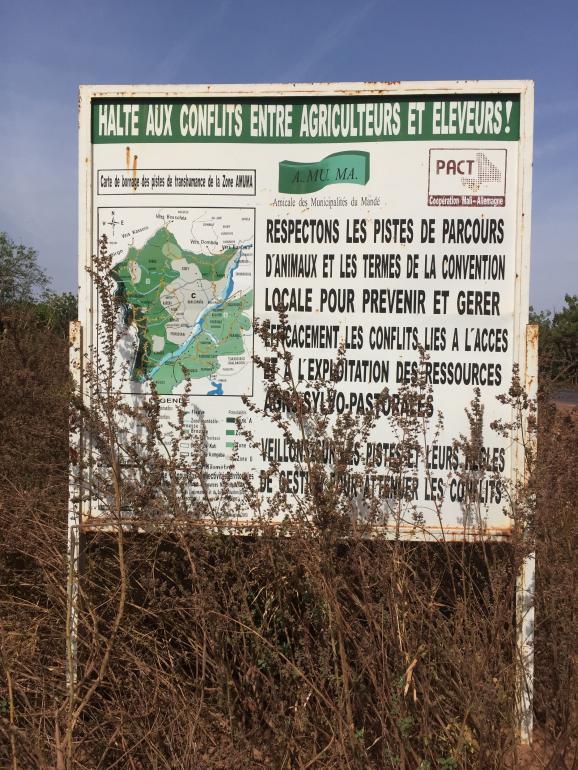 Au Mali, les panneaux appelant éleveurs et agriculteurs à ne pas entrer en conflit sont masqués par la végétation. La preuve que les couloirs de transhumance, mis en place du temps de la colonisation et réactivés récemment, ne sont pas respectés.