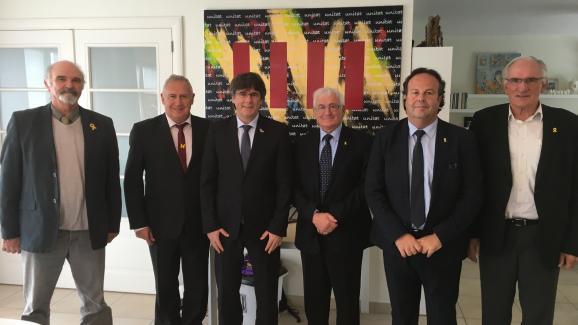 Quatre maires des Pyrénées-Orientales rencontrent le leader indépendantiste catalan, Carles Puigdemont, dans ses locaux à Bruxelles (Belgique), le 8 octobre 2019.