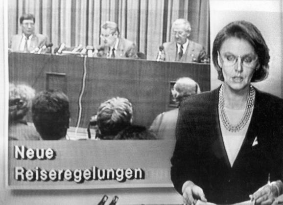La télévision de la RDA annonce la mise en place de nouvelles règles de déplacement au cours du journal télévisé Aktuelle Kamera, le 9 novembre 1989.