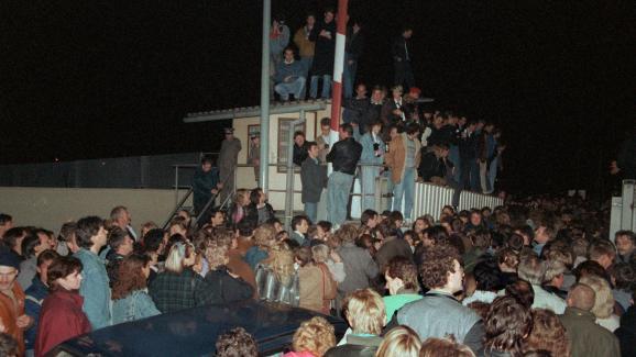 Des Berlinois de l\'Est passent un point de contrôle en direction de l\'Ouest, dans la nuit du 9 au 10 novembre 1989.