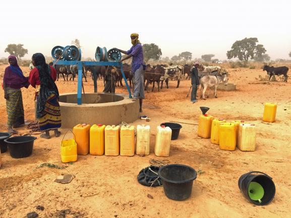 """Puits à Kouré, à une cinquantaine de kilomètres à l\'est de la capitale Niamey, où viennent s\'approvisionnerfemmes djerma et éleveurs peuls. \""""La tension est palpable\"""", rapporte l\'universitaire Christian Bouquet, qui a pris la photo."""