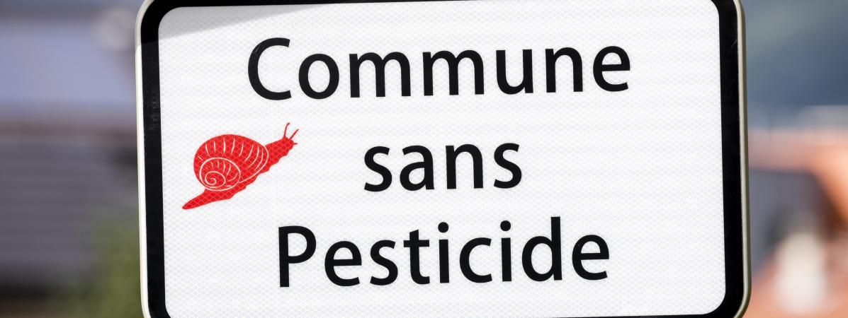 """Un panneau indiquant \""""village sans pesticides\"""" à Challes-les-Eaux le 17 aout 2017."""