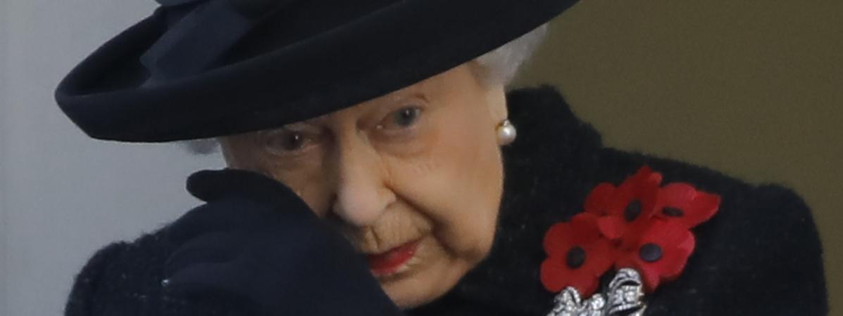 """Royaume-Uni : la reine Elizabeth II émue aux larmes lors du """"Remembrance Sunday"""""""