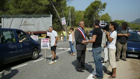 Jean-Luc Longour, maire du Cannet-des-Maures, participe à une manifestation contre la décharge, le 10 août 2009.
