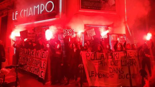 """Paris : des militantes féministes bloquent le cinéma où devait être projeté le film """"J'accuse"""" de Roman Polanski en avant-première"""