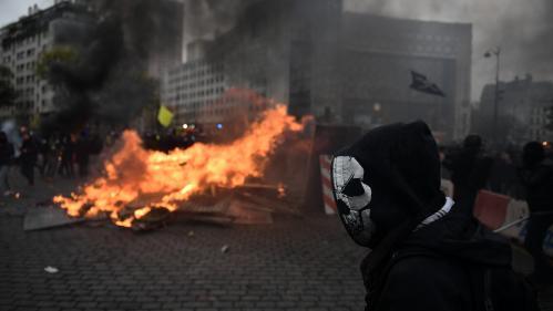 """VIDEOS. Périphérique bloqué, poubelles incendiées, pompiers pris à partie… L'anniversaire parisien des """"gilets jaunes"""" marqué par de violents incidents"""