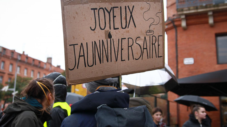 """VIDEO. Nantes, Toulouse, Saint-Etienne... L'anniversaire des """"gilets jaunes"""" célébré dans toute la France - Franceinfo"""
