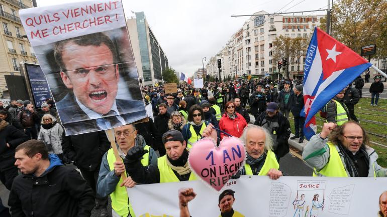 """Des \""""gilets jaunes\"""" manifestent, le 16 novembre 2019, à Paris."""