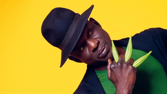 Seydou Boro, né au Bukina Faso. Successivement footballeur, puis comédien, il deviendra un chorégraphe et un musicien réputé.