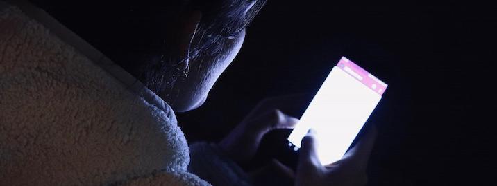 Il joue sur son téléphone toute la nuit et perd la vue