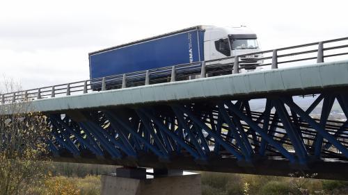 """""""Ça permet de faire des beaux raccourcis"""" : des chauffeurs de poids lourds expliquent pourquoi ils empruntent des ponts interdits"""
