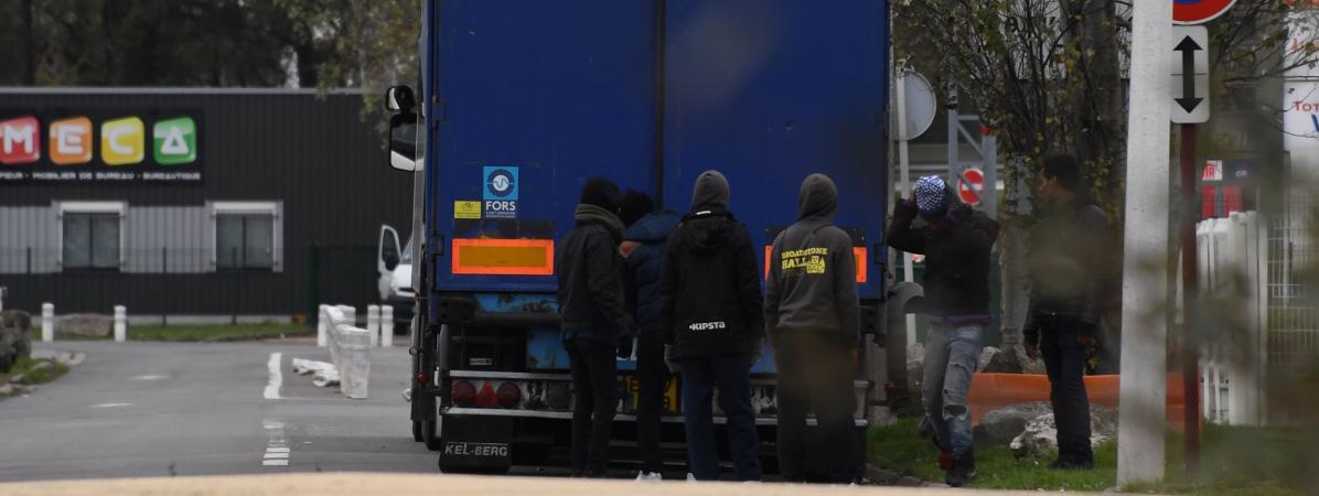 Des migrants tentent de se glisser dans un camion à Calais (Pas-de-Calais), le 14 novembre 2017.