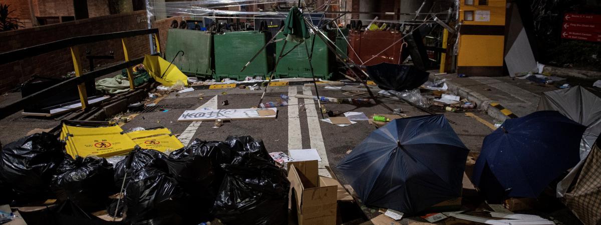"""""""Nous sommes venus pour leur expliquer la situation"""" : à Hong Kong, des avocats viennent """"conseiller"""" les é..."""