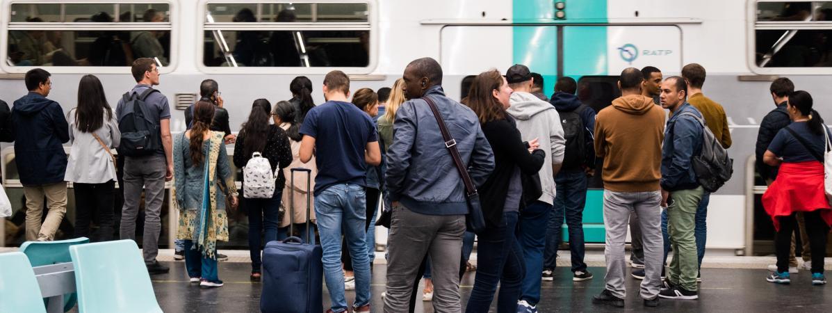 Des personnes attendent le RER pendant la grève de la RATP à Paris, le 13 septembre 2019.