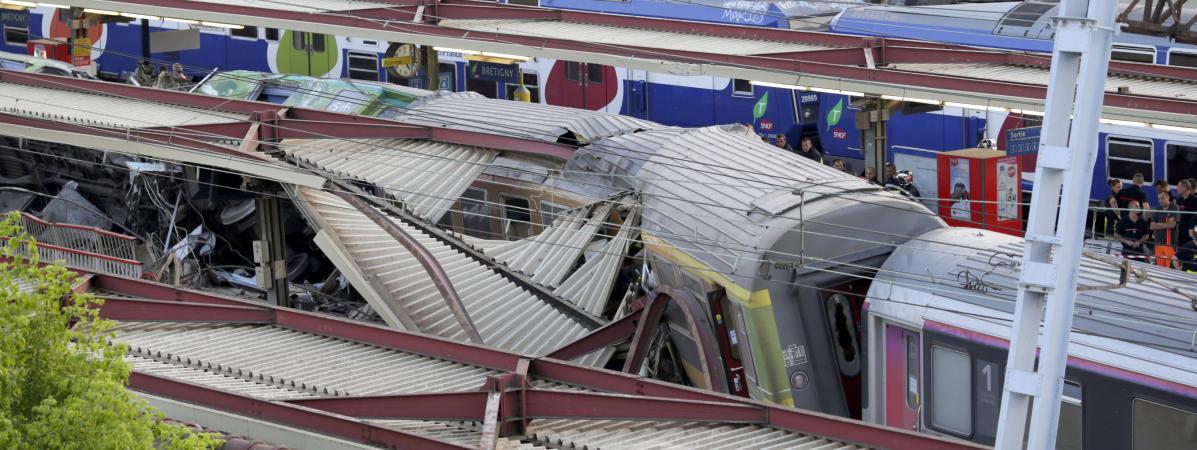Le train Paris-Limoges après son déraillement àBrétigny-sur-Orge (Essonne), le 12 juillet 2013.