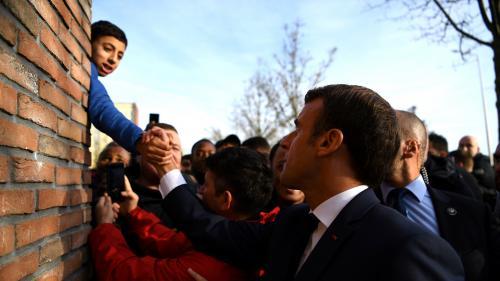 """VIDEO. """"Venez faire un FIFA chez moi !"""" : quand un jeune garçon interpelle Emmanuel Macron à Amiens"""