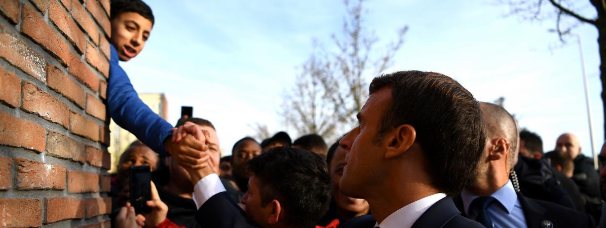Emmanuel Macron serre la main d\'un jeune garçon à Amiens (Somme), le 22 novembre 2019.