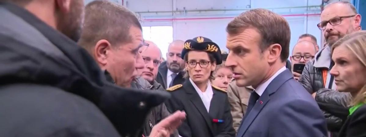 """VIDEO. """"J'ai dit que ça fermerait, je vous l'ai dit"""" : Emmanuel Macron pris à partie par d'ex-salariés de W..."""