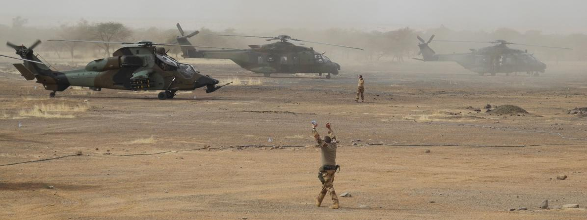 Un hélicoptère Tigre de l\'armée française (à gauche), le 27 mars 2019 dans une base de la région de Gourma, au Mali.