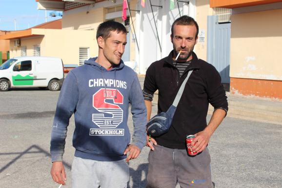 Deux pêcheurs à San Perdo del Pinatar, en Espagne, le 25 novembre 2019.