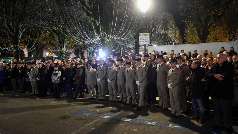 Un hommage a été rendu aux treize soldats français morts au Mali, devant l\'hôtel de ville de Pau (Pyrénées-Atlantiques), le 26 novembre 2019.