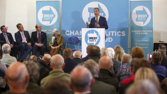 Le leader du parti europhobe Brexit Party, Nigel Farage, lors d\'un événement de la campagne pour les élections législatives britanniques, le 8 novembre 2019 à Pontypool (Royaume-Uni).