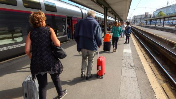 Des voyageurs sur un quai de la gare de Lyon, à Paris, le 13 octobre 2019.