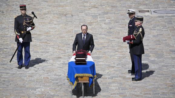 Le président de la République, François Hollande, rend hommage aux trois militaires tués au Mali,Mickaël Poo-Sing, Damien Noblet etMickaël Chauvin, aux Invalides, le 20 avril 2016.
