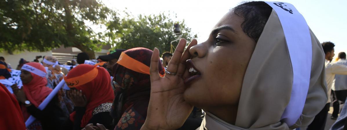 """Une soudanaise scandant \""""liberté, paix et justice !\"""" lors de la Journée internationale pour l\'élimination de la violence contre les femmes, à Khartoum le 25 novembre 2019."""