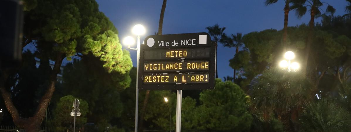 Météo France a placé le Var et les Alpes-Maritimes (ici à Nice) en alerte rouge pluie-inondations, le 1er décembre 2019. (ARNAUD JOURNOIS / MAXPPP)