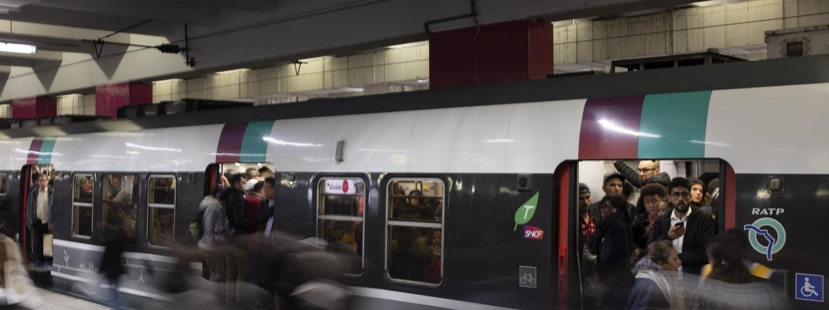 Les usagers s\'engouffrent dans un RER B à la garde du Nord un jour de grève le 18 octobre 2019.