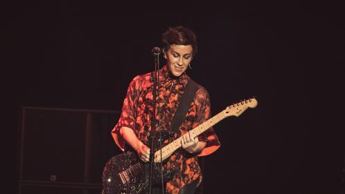 Alanis Morissette sort une chanson et annonce une tournée  https://people.bfmtv.com/musique/alanis-morissette-sort-une-chanson-et-annonce-une-tournee-1817596.html…pic.twitter.com/fTT2PLpiY7