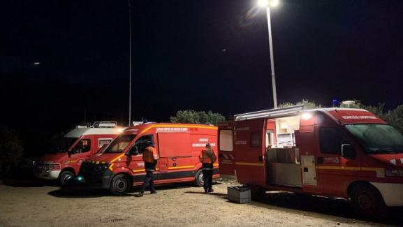 Les pompiers sur le lieu du crash de l\'hélicoptère, lundi 2décembre, au Rove (Bouches-du-Rhône).