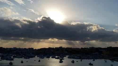 """""""Vous devez appeler Malte"""" : ouverture du procès de deux officiers italiens accusés d'homicide involontaire après le naufrage d'une embarcation de migrants"""