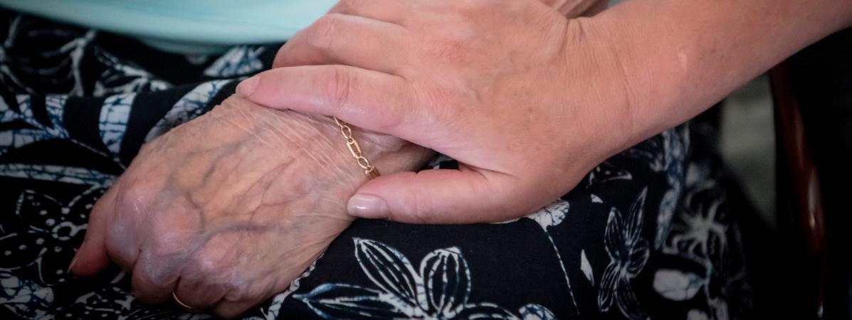 Une aide à domicile chez une personne âgée, le 24 juin 2019 à Montluçon (illustration).