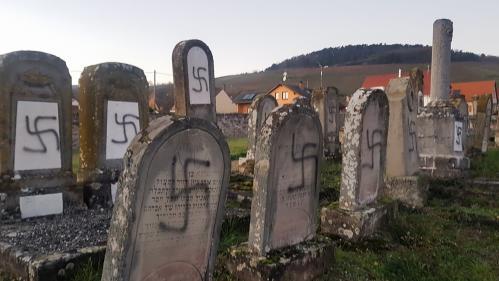 """Profanation d'un cimetière juif dans le Bas-Rhin : """"Les Juifs sont et font la France"""", réagit Emmanuel Macron"""