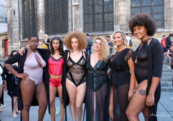 Les TASC (de gauche à droite) : Ella Saint-Honoré, Maeva Chambaz, Camille Adin, Georgia Stein, Leslie Lauthelin et Alexandra Pivard, habillées en lingerie Diva's Boudoir, lors de happening de septembre 2019.