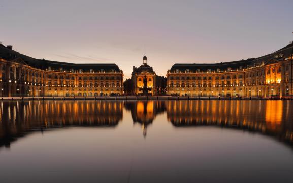 La place de la Bourse, construite entre 1730 et 1755 par l\'architecte Ange-Jacques Gabriel, à Bordeaux. Au premier plan, vue sur le Miroir d\'eau, pièce d\'eau de 130 mètres sur 42, inaugurée en 2006.