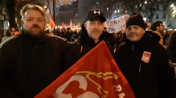 Gilles Salaün, Charly Lerebourg et Thierry Izzy, conducteurs de métro à la RATP, manifestent contre la réforme des retraites, le 5 décembre 2019, à Paris.