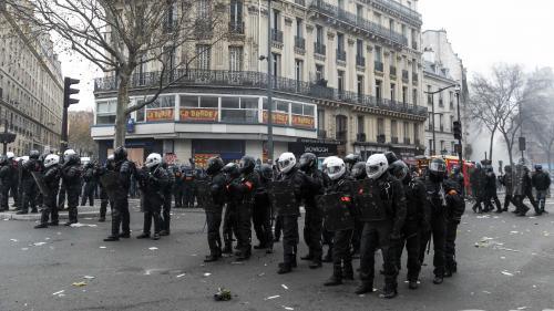 Une enquête ouverte et l'IGPN saisie après une vidéo montrant une personne frappée au sol par deux policiers jeudi à Paris