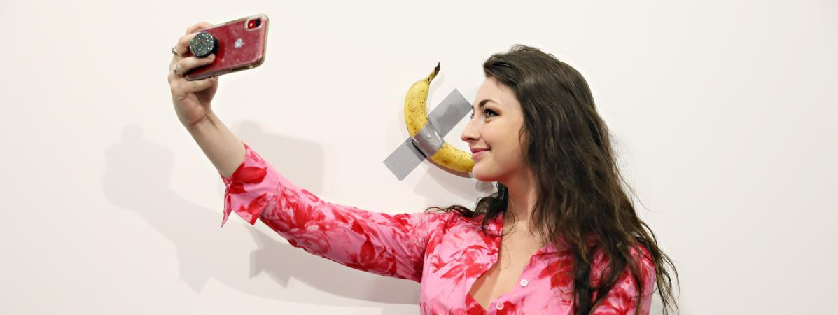Une banane scotchée au mur vendue 120.000 dollars à la foire Art Basel de Miami