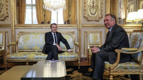 """INFO FRANCEINFO. Mise en examen de François Bayrou: Emmanuel Macron maintient son """"amitié"""" au président du MoDem et """"continuera à échanger avec lui"""""""