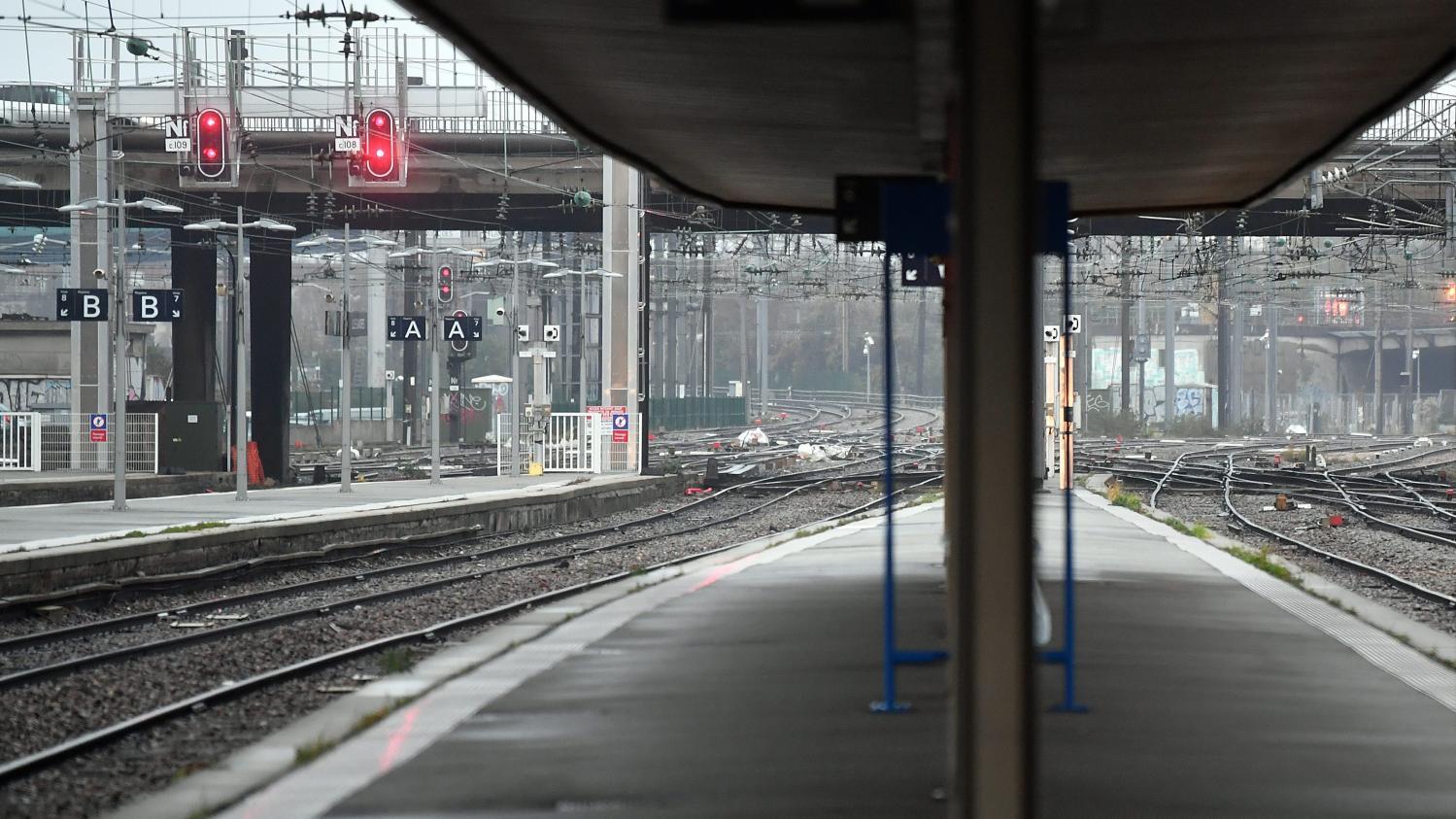 """Grève du lundi 9 décembre : la SNCF annonce une journée """"extrêmement compliquée"""", avec """"entre 15 et 20%"""" du trafic assuré"""