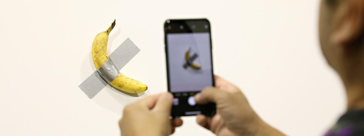 """""""C'est une oeuvre qui provoque et invite à sourire"""" : la banane de Cattelan décryptée par le critique d'art..."""