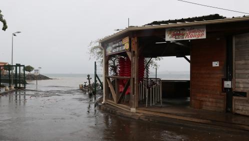 """Cyclone Belna : Mayotte est """"désormais à l'abri des vents les plus violents"""", indique le préfet du département"""